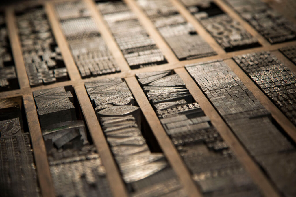 Caja de orlas de bronce expuesto en La imprenta en Valladolid